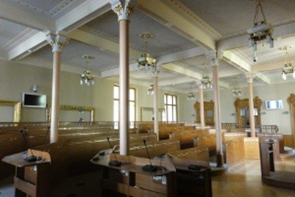 Toto je opravená rokovacia sála v nitrianskom Župnom dome, ktorý je národnou kultúrnou pamiatkou.