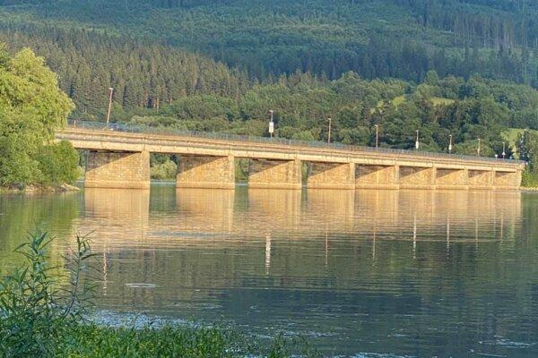 Most cez Oravskú priehradu je jeden z najdlhších, ktoré má vo svojej správe Správa ciest ŽSK.