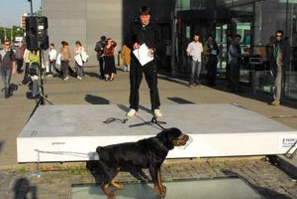Autor so svojím psom počas vernisáže na podstavci Outdoor Gallery.
