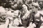 Speváčka Zuzka Lonská s manželom a synmi trávili leto v bývalej Juhoslávii, kde vystupovali s orchestrom. Po invázii v auguste 1968 zobrali neplánovane synov do Švédska.