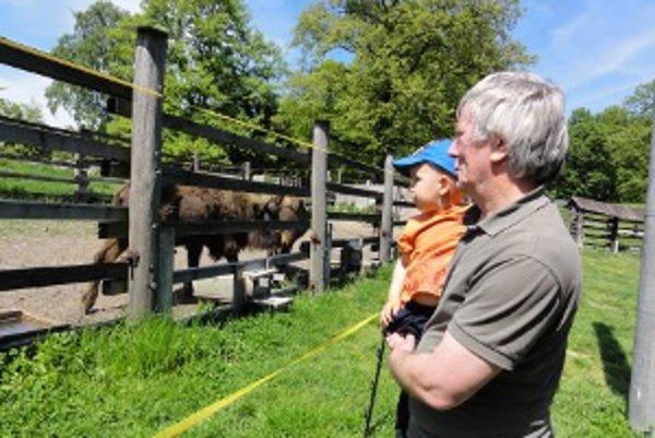 Gabriel s vnukom. Dvojročný Lukáš bol zubrami nadšený.
