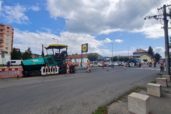 Vo Fiľakove sa aktuálne asfaltuje vo veľkom.