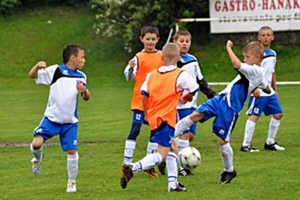 Momentka z duelu štvrtákov ČFK Nitra - FC ViOn A (1:1).