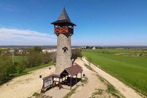 Kamenná Rozhľadňa na hrebeni ponúka výhľad na Holíč aj panorámu Bielych Karpát.