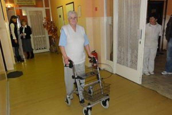 Rolátori pomáhajú dôchodcom v začleňovaní do spoločnosti.