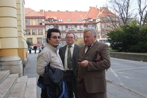 Starosta Karol Bútora (vpravo) pred nitrianskym súdom.