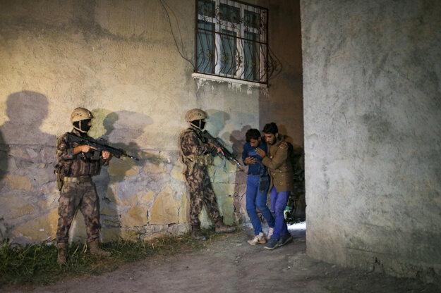 Utečencov na tureckých hraniciach otáčajú vojaci so samopalmi.