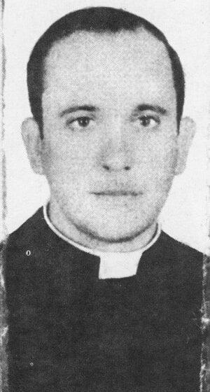 Na archívnej snímke z roku 1973 vtedajší kňaz Jorge Mario Bergoglio.