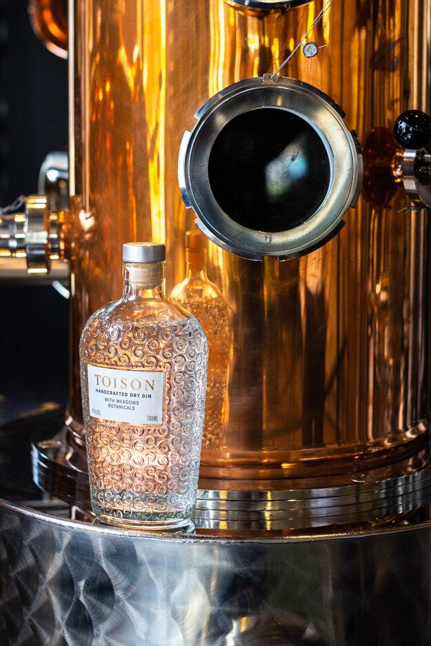 Dobré meno robí Trenčianskym Tepliciam aj lokálny remeselný gin TOISON, ktorý zbiera jedno ocenenie za druhým.