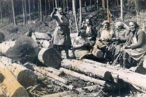 Ženy z Beňadova pri práci v hore.