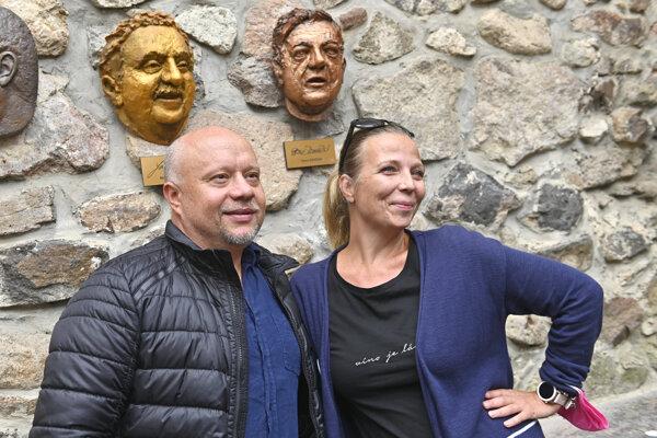 Marián Labuda a Zuzana Dančiaková stoja pod plastikami nosov svojich otcov, hercov Stanislava Dančiaka a Mariána Labudu.