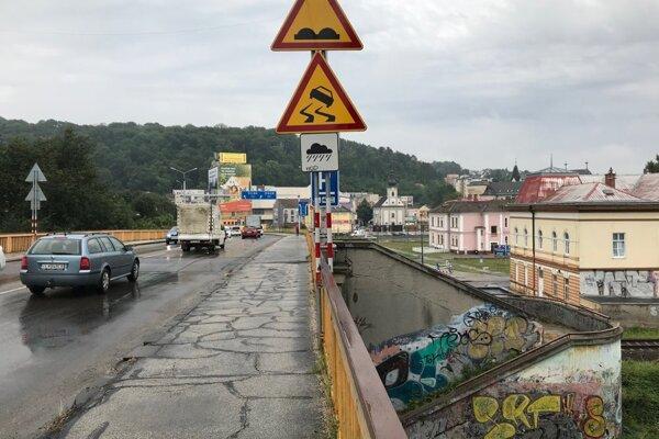 Starý cestný most v Trenčíne je dlhodobo v zlom stave.