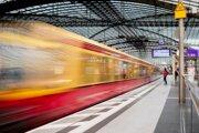 Vlak prichádza na hlavnú železničnú stanicu v Berlíne.