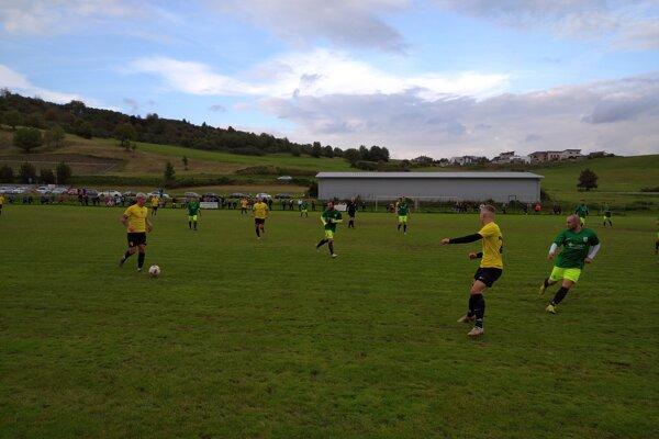 Futbalisti Višňového (v žltom) zaslúžene zvíťazili v Bitarovej.