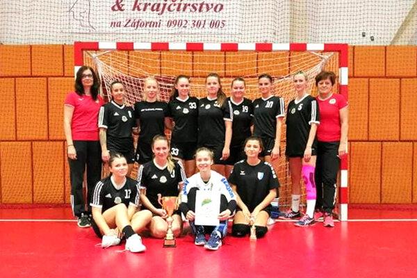 Hádzanárky Močenka na turnaji v Bánovciach.