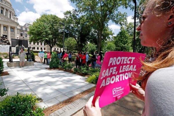 Protest proti kontroverznému zákonu.