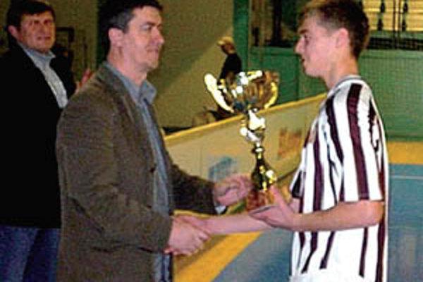 Pred rokom odovzdával Pavol Šlosár z PP Investu víťazný pohár kapitánovi mladšieho dorastu ČFK Nitra.