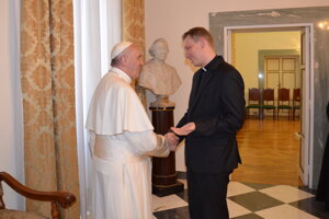 Peter Sýkora pri stretnutí s pápežom Františkom.