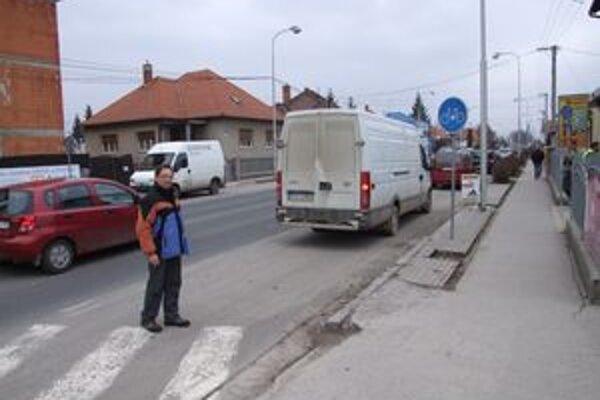 Cestičku pre bicyklistov pravidelne blokujú desiatky zaparkovaných áut. Môžu za to podnikatelia, ktorí vo svojich prevádzkach nezabezpečili parkovanie klientov a zamestnancov.