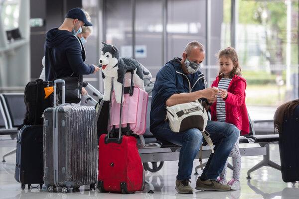 Cestujúci čakajú na bratislavskom letisku.