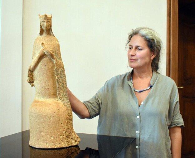 Andrea Čepiššáková so svojím dielom, ktoré dostane pápež František.