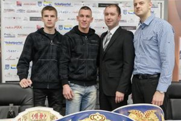 Na snímke zľava tréner Pavol Hlavačka, Tomáš Kovács, prednosta MsÚ v Nitre Igor Kršiak a manažér Rastislav Borsík na tlačovej konferencii v Nitre 25. januára 2011.