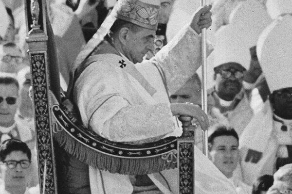 Pavla VI. odnášajú na posledné zasadnutie Druhého vatikánskeho koncilu 7. decembra 1965.