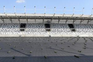 Nový futbalový štadión v Košiciach je zatiaľ bez trávnika.