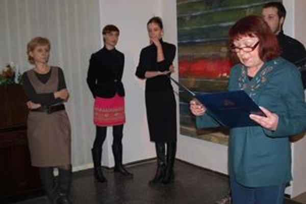 Vernisáž výstavy Strata bezpečia: zľava riaditeľka Nitrianskej galérie Renáta Niczová, autorky a kurátorka Marta Hučková.