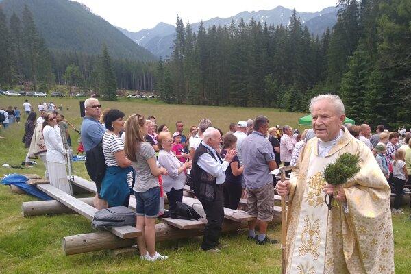 Viliam Kurilla na tohtoročnom Sviatku hôr vRoháčoch oslávil 50 rokov kňazstva. Toto horstvo má schodené. Aj tento rok, vo veku 81 rokov, vyšiel na jeho hrebeň, na Zábrať. Avšak už pokojnejším tempom.