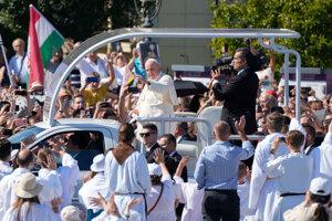 Pápež František prichádza v papamobile na Námestie hrdinov v Budapešti, kde odslúži svätú omšu.