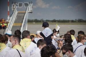 Na letisku v Bratislave už ľudia čakajú na prílet pápeža Františka.