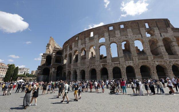 Ľudia čakajú v rade na vstup do Kolosea v Ríme.