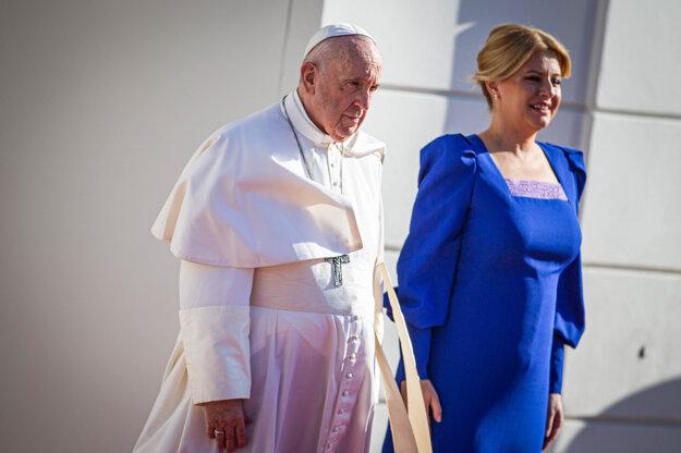 Pápež František a prezidentka Zuzana Čaputová počas privítacieho ceremoniálu v Prezidentskom paláci.