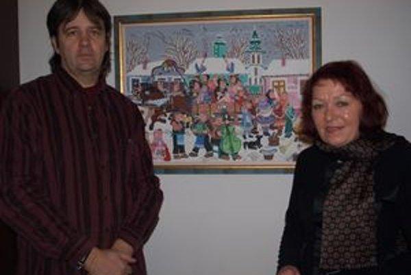 Ján Hrk a Marta Hučková pPri obraze Detská svadba od zakladajúcej členky kovačickej galérie Zuzany Chalupovej.