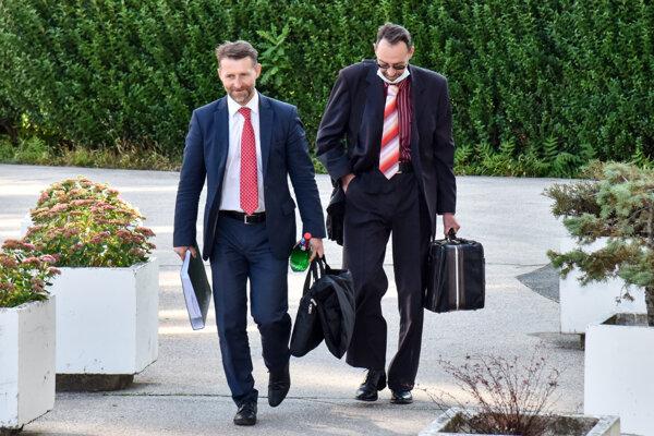 Bývalý generálny prokurátor Dobroslav Trnka a jeho advokát Martin Krakovský (vľavo).