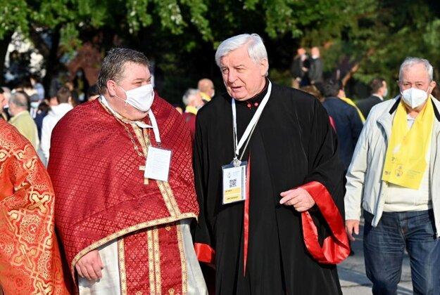Prešovský arcibiskup a mettropolita Ján Babjak (uprostred) pred Mestskou športovou halou v Prešove pred príchodom pápeža Františka.