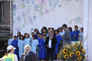 Deti z Lunika IX zaspievali návštevníkom.