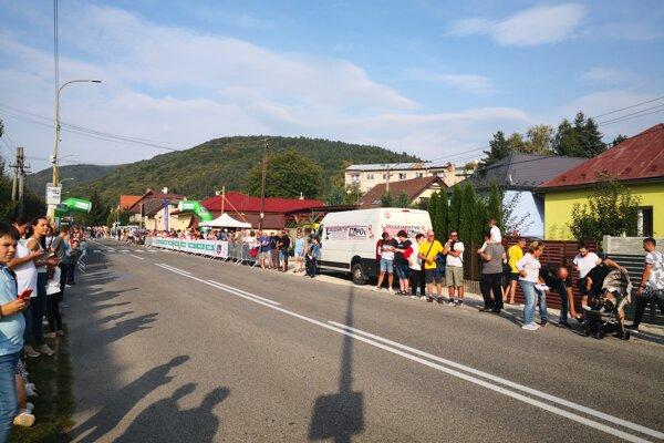 Nadšenie krátko pred prejazdom cyklistov stúpalo.