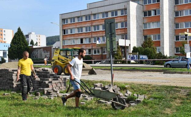 Parkovisko pred mestským úradom obnovujú.