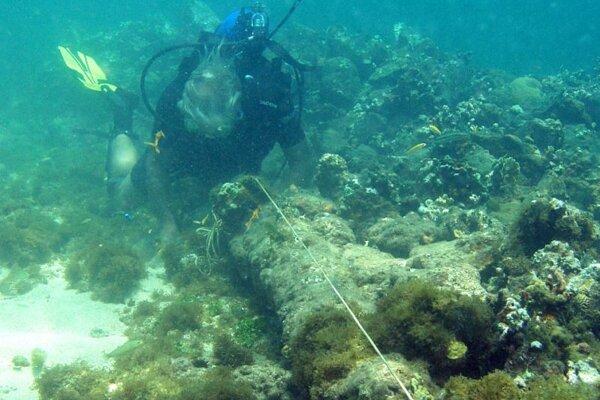 Potápač na mieste, kde sa podľa archeológa Barryho Clifforda nachádza vrak potopenej lode Santa María neďaleko severného pobrežia Haiti.