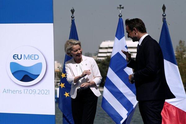 Grécky premiér Kyriakos Mitsotakis víta šéfku Európskej komisie Ursulu von der Leyenovú na samite EUMED 9.