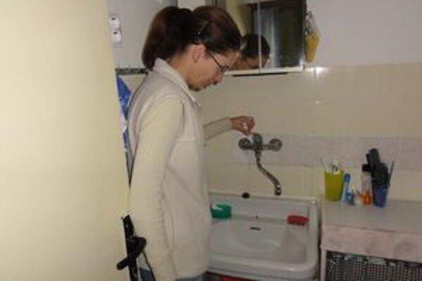 Pani Iveta nám ukazuje, že voda netečie.
