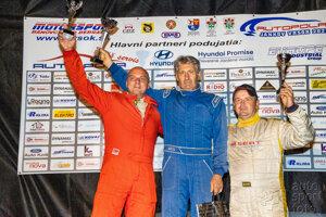Ladislav Mokran (vľavo) na debni pre víťazov na Jankovom vŕšku.