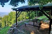 Turistický prístrešok s posedením - oáza pokoja.