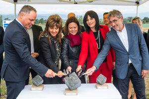 Na snímke poklepanie základného kameňa cestného obchvatu obcí malokarpatského regiónu 20. septembra 2021 v Chorvátskom Grobe.