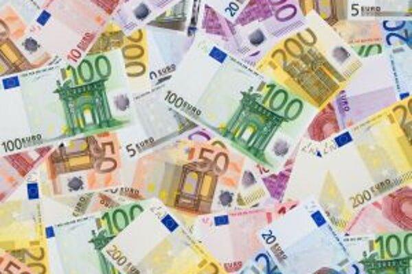 Krajskí poslanci v Nitre porozdávali peniaze v čase, keď stúpa daň z áut aj cestovné.