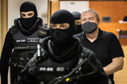 Dušan Kováčik odchádza po rozsudku zo súdu.