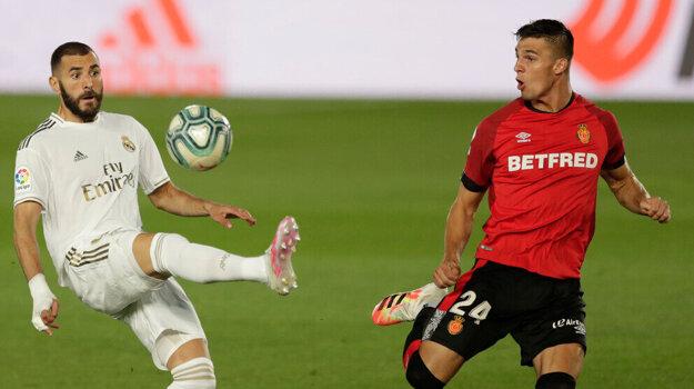 Martin Valjent (vpravo) a Karim Benzema v zápase Real Madrid - RCD Mallorca v júni 2020.