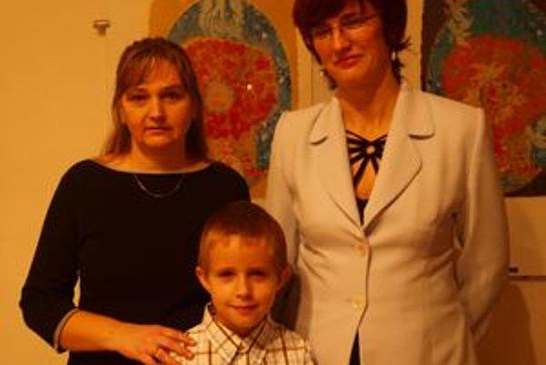 Sprava Erika Domszitzová, talentovaný malý klavirista Szilárd Nagy a riaditeľka ZUŠ v Šamoríne Irena Szücsová.